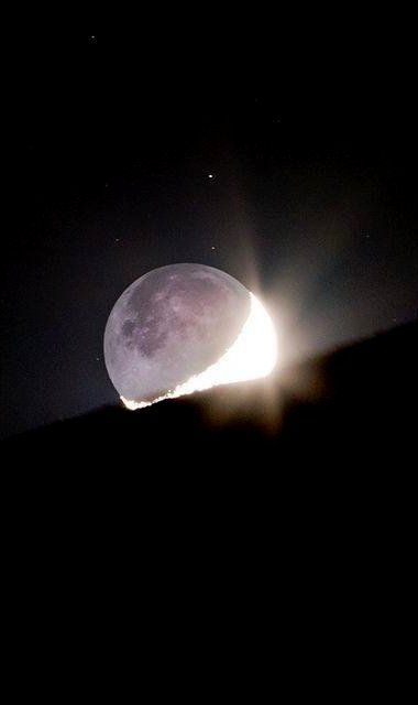 The Moonset and EarthShine