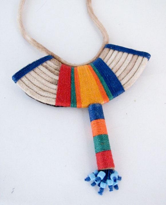 colar artesanal étnico. De algodão, com  tema indígena.