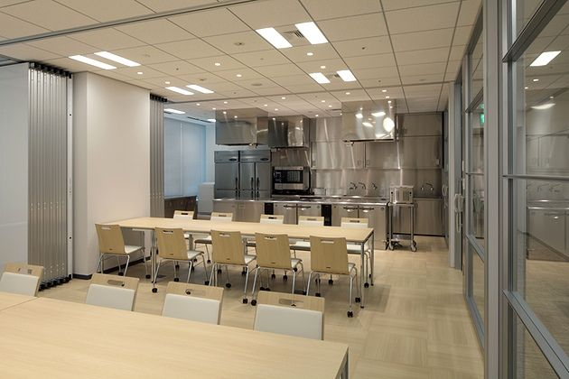 株式会社にんべん様の納入事例/【テストキッチン・プレゼン応接室】応接室は商品の試食も行えるようにキッチンに併設。