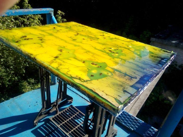 """Стол """"После грозы"""" желто-голубой на ножках из старой швейной машинки."""
