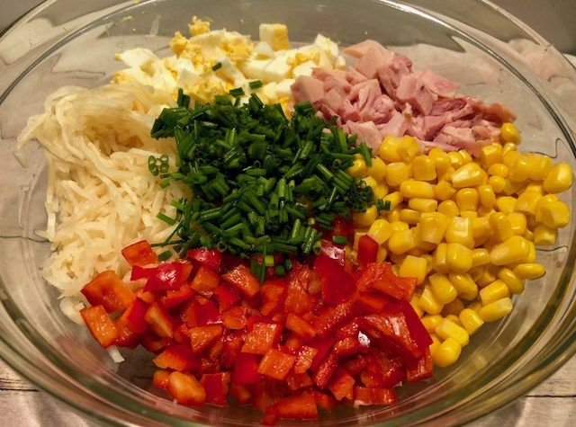 Sałatka selerowa z wędzonym kurczakiem Niesamowicie szybka w wykonaniu i bardzo smaczna sałatka z selerem konserwowym i wędzonym mięskiem z kurczaka. Składniki idealnie się uzupełniają, co sprawia, że sałatka jest naprawdę pyszna! Składniki: 1 słoik selera konserwowego 1 wędzona noga z kurczaka (lub filet) 4 jajka pół szklanki kukurydzy konserwowej 1 czerwona papryka pół pęczka …