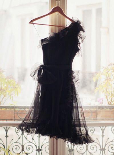 guerlain-la-petite-robe-noire--    http://chloehandbagaddict.com/2013/12/18/devenez-cendrillon-pour-les-fetes-en-vous-chaussant-de-jolis-souliers-concours/