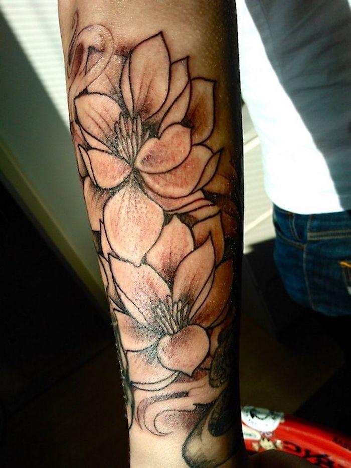 1 Blumen Tattoos Frau Mit Tatowierung Am Unterarm Tattoo Mit Grossen Lilien In 2020 Blumen Tattoo Blumen Tattoo Ideen Blumen Tattoos