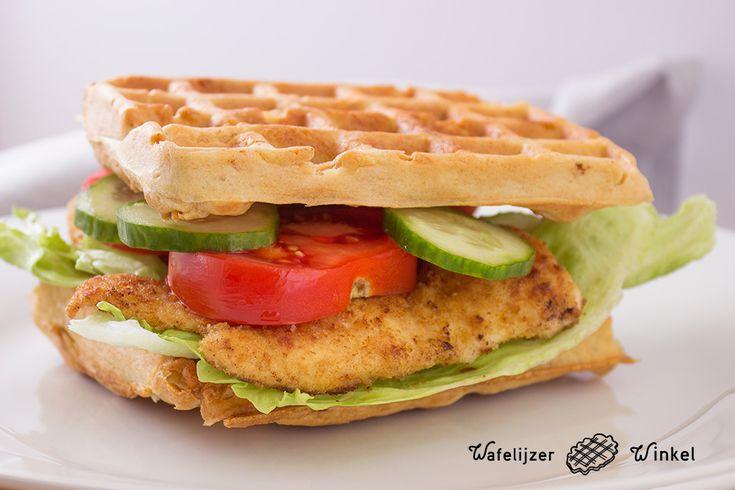 Wafels kun je op heel veel manieren eten. Wat dacht je van deze vernieuwende tip: maak een hartige wafel! Een sandwich met kip, sla, tomaat en komkommer.