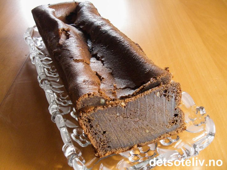 Her har du mesterkokken Arne Brimi sin fantastiske oppskrift på mørk, mektig og klissete sjokoladekake. Kaken inneholder mye sjokolade, smør og egg og skal være nesten rå i midten. Arne Brimi serverer sjokoladekaken sammen med krydderkokte aprikoser (se oppskrift under tips), men sjokoladekaken er vel så nydelig sammen med vanlig, pisket krem eller iskrem.