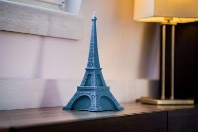 Piękne świece o nietypowych kształtach, to doskonały prezent na każdą okazję.  Proponujemy państwu namiastkę Paryża - piękną i subtelną Wieżę Eiffla .  Te małe dzieła sztuki, drukowane są w drukarce 3D,  nie kapią, nie dymią oraz wtapiają się do środka.      Czas spalania - 60 godzin  Wymiary: podstawa 23 cm  Wysokość : 34 cm  Kolor: niebieski (jeans)  Waga: 1150 g  uwaga - świece można zamawiać w różnych kolorach, wtedy czas realizacji wynosi 10 dni roboczych.