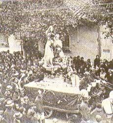 """Carro alegórico de la Pola en la procesión cívica en su honor. """"El Gráfico"""", noviembre de 1917."""