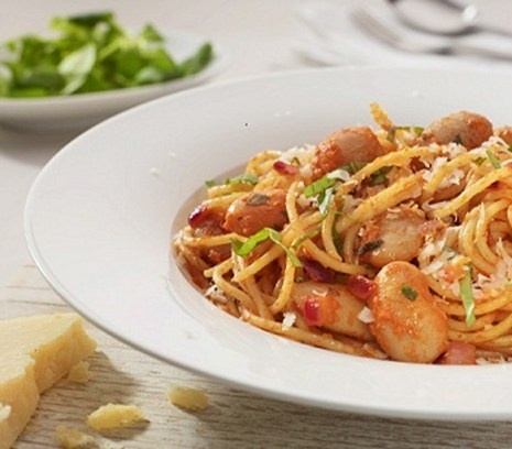 Spaghetti met rode pesto en reuzenbonen | Verras je tafelgenoten met deze pasta met peulvruchten.  Recept oorspronkelijk van Bonduelle.