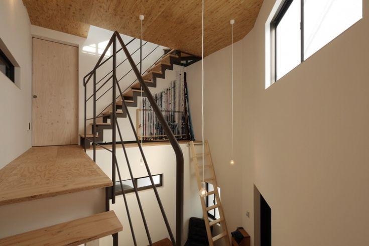 階段踊り場(超狭小変形角地の2階建てスキップフロア) - リビングダイニング事例|SUVACO(スバコ)