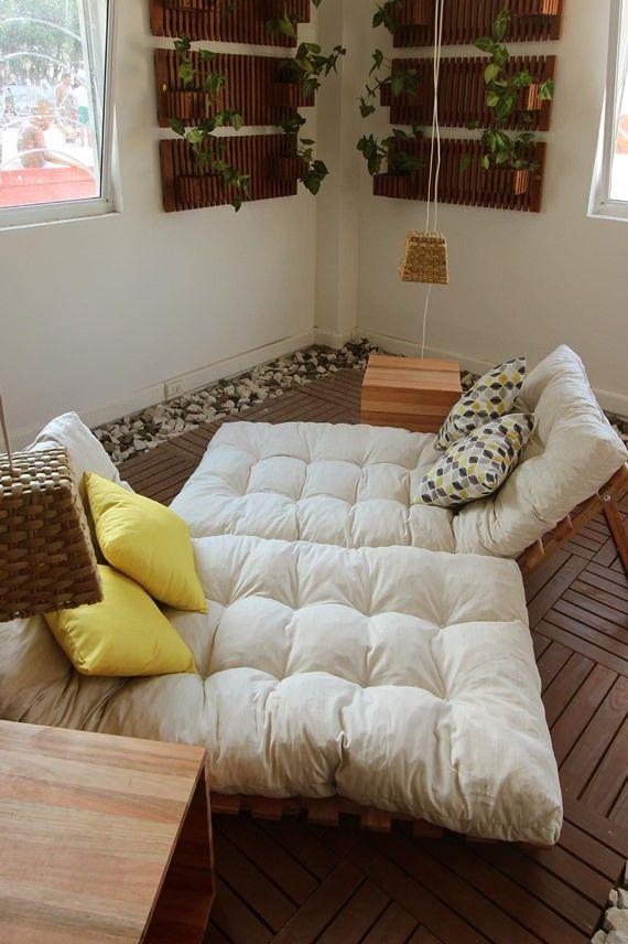 espaço gostoso para relaxar com pallets e futons