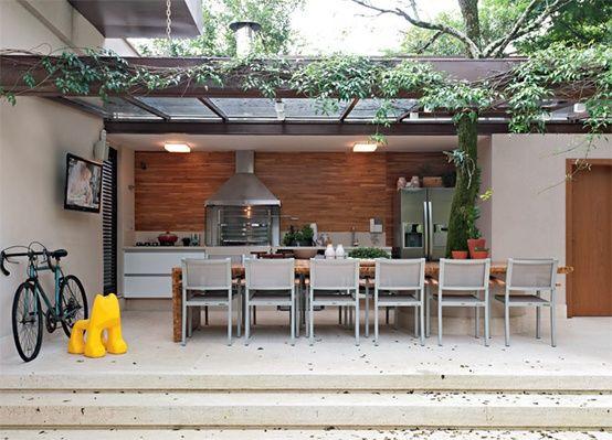 Fazer a churrasqueira gourmet linear com a mesa em frente talvez seja mais interessante para aproveitar espaço e evitar problemas com a fumaça