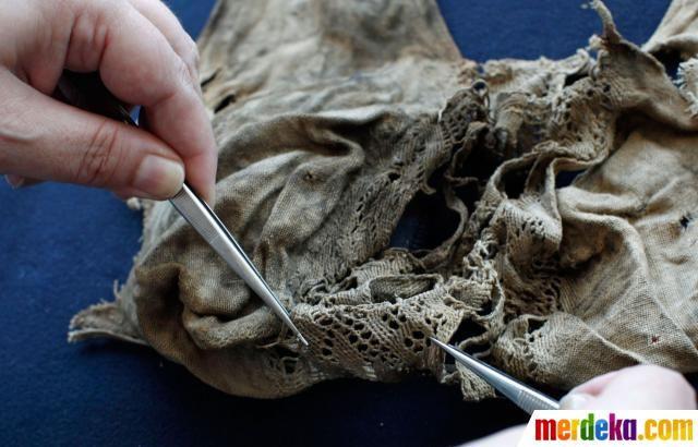 Sebuah pakaian dalam berumur 572 tahun dari abad pertengahan 1440-1485 ditemukan di kastil tua di Austria (24/7).