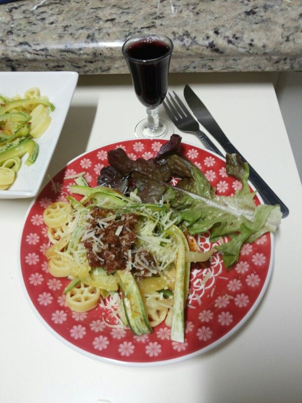 Jantar: Alface; Abobrinha em tiras, rotelle, molho de tomate com carne moida, queijo parmesão; suco de uva 100% bordô, sem a adição de açúcar.
