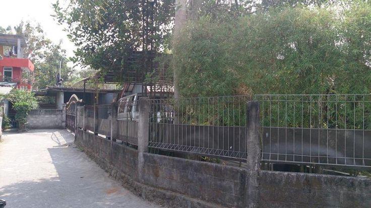 Tanah Dijual: Jalan Kabupaten RSA UGM Yogyakarta. Sertifikat Hak Milik. Luas tanah 915m2. Lebar depan 56m. Mobil masuk. Cocok untuk perumahan kavling, rumah tinggal, investasi. Ada rumah sederhananya dan pagar keliling. Halaman samping dan belakang masih luas.
