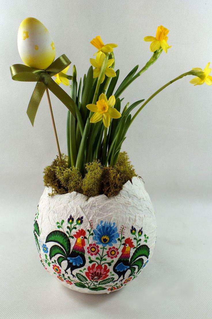Wielkanocny bukiet z żonkili. Ciekawa doniczka w świątecznym klimacie sprawia, że nasz dom jest wyjątkowy w prosty sposób. #kwiaty #florystyka #wiosna #Wielkanoc #żonkile #dekoracja #flowers #easter