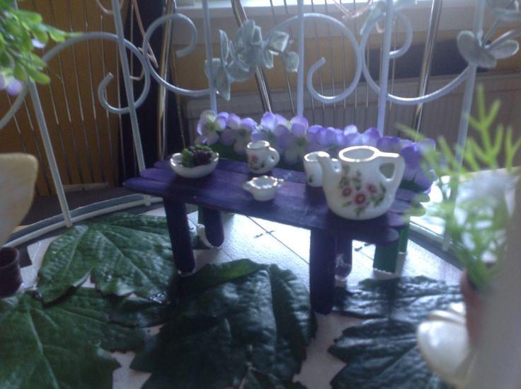 Bord og bænk lavet af farvede ispinde.