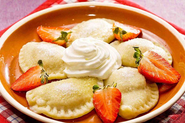 Pierogi z truskawkami. #smacznastrona #poradyTesco #przepisyTesco #Tesco #truskawki #mniam #food #pierogi #pierogiztruskawkami #owoce #obiad #deser