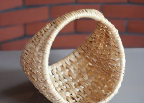 Hand weaved by a master of Polish handicraft basket made of a root of a pine – it has the form of cradle. This wickerwork will pose an original and elegant decoration for every interior