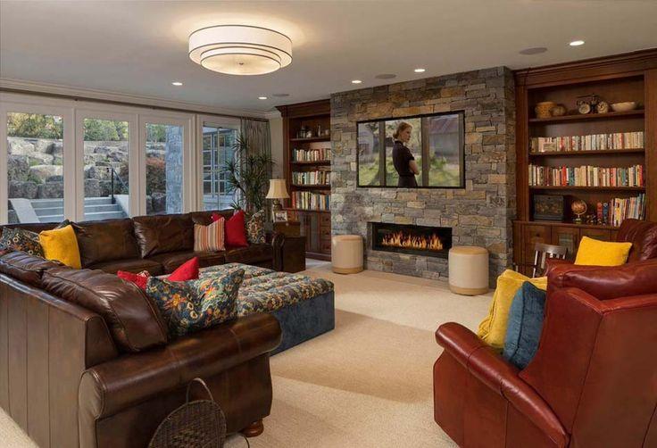 Agréable salon télé au design rustique avec petite cheminée moderne au manteau en pierre