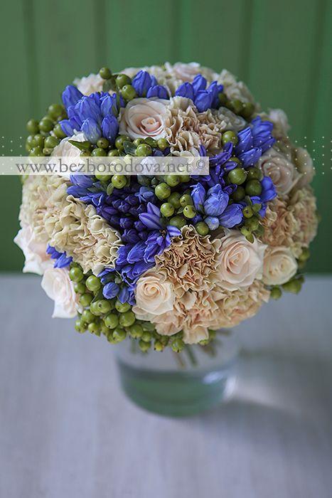 Свадебный букет из гвоздики и кремовых роз с зелеными ягодами и синим агапантусом