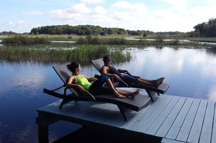 Camper/RV in Hernando, United States. Close to lakes, rivers, springs and a 46-mile bike trail. The lakeside views are serene. Good for couples and solo adventurers.  We have hens who provide fresh eggs that you can cook each day! Things to do nearby: Swim with manatees. Go scalloping...