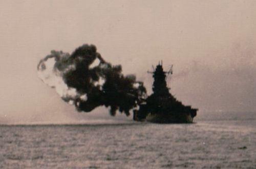 戦艦「武蔵」が主砲を発射した瞬間を捉えた写真