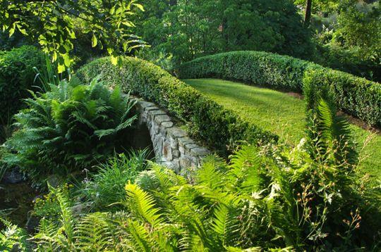 Petit pont de pierre du Jardin de Berchigranges dans les Vosges