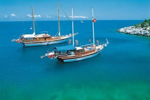 Blue Cruise&Grand Faros  Description: Uw hut Een gület boot is tussen de 19 tot 24 meter lang en u heeft dus aan boord beperkt ruimte. Dat is uiteraard ook de charme van een vaarvakantie. De hutten zijn tussen de 5 en 8m2 en hebben een 2 persoonsbed (sommige boten hebben hutten met 2 losse bedden echter kunnen wij u dit voor vertrek niet toezeggen) een raampje een kleine douche met toilet en een kleine kledingkast. Aan boord zijn er maximaal 6 tot 8 hutten. Aan boord wordt u verwend door een…