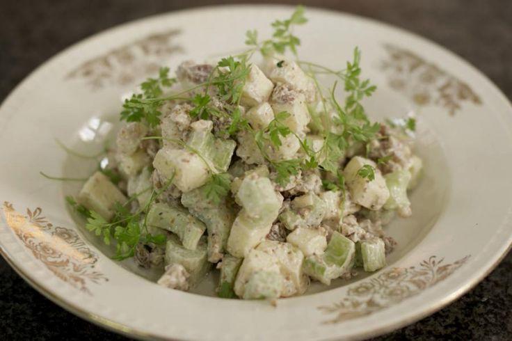 De beroemde salade belandde meer dan 100 jaar geleden op het menu van het legendarische Waldorf-Astoria hotel in New York. Het is een vegetarisch gerecht avant la lettre dat vandaag nog altijd gesmaakt wordt. Met wat vers bruin brood of zuurdesembrood erbij zet je in geen tijd een verse lichte lunch op de tafel.