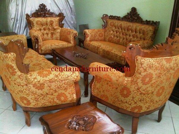 Set Kursi Tamu Sofa Romawi memilki tampilan mewah dengan full ukir khas jepara yang klasik terdapat busa tebal dan kain jok oskar pada dudukan yang nyaman.