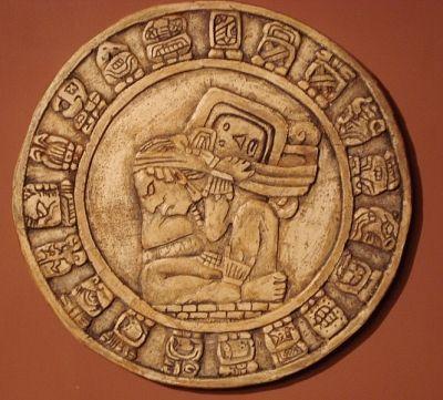 """PERIODO CLASICO. Los Mayas: Reproducción a escala y en bajo relieve de """"el Haab"""", el calendario Maya solar de 365 días. Fue dividido en 18 meses de 20 días cada uno con un período de 5 días dejados al final del año. Llaman a este 5 mes de día corto Uayeb, """" el descansar o el sueño del año """" Esta escultura calendaria muestra a Dios Maya de Tiempo en el centro, apoyando la carga de tiempo sobre su espalda. Él es rodeado por los jeroglíficos de los 19 meses.(18+mes corto)"""
