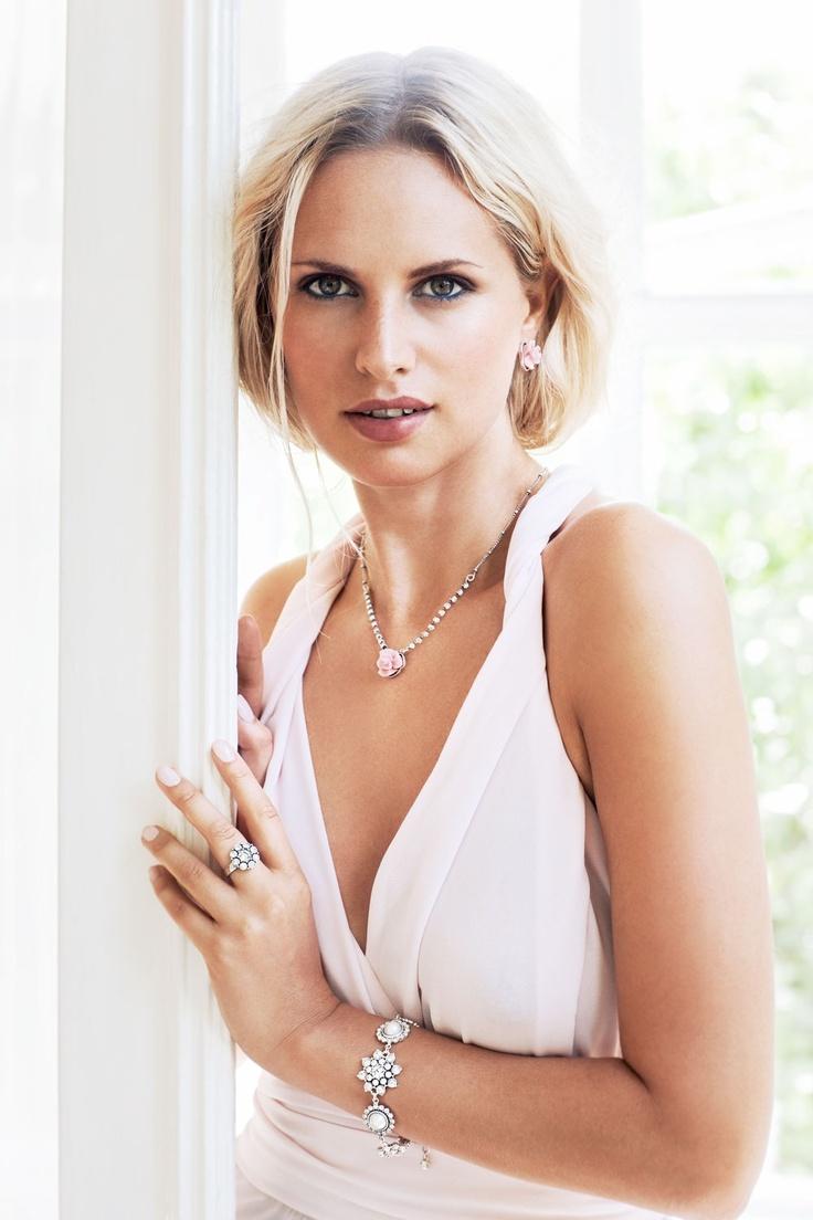 Romantische sieraden voor zomerse feestjes en bruiloften. Een mix van parels, witte kristallen en romantische pastel roze roosjes.