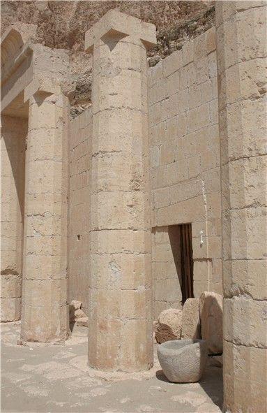 Polygonal (16) Protodoric columns in the Temple of Hatshepsut, Deir el-Bahri / Egypt Ägyptologie Forum - Lexikon: Kannelur