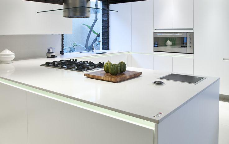 Gi kjøkkenet et reint uttrykk med benkeplater i kvartskompositt fra Ellingard Collection! Klikk for mer inspirasjon og info.