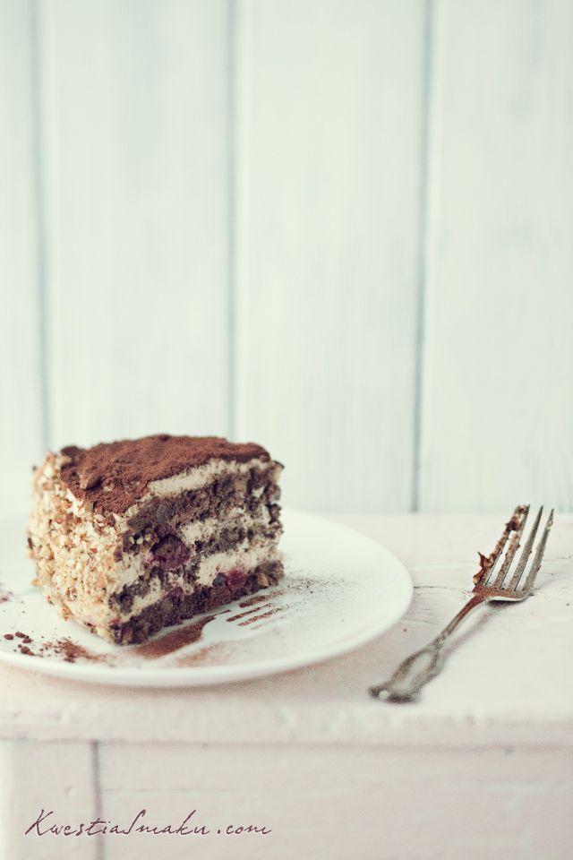 Tort makowy z wiśniami i kremem kawowym