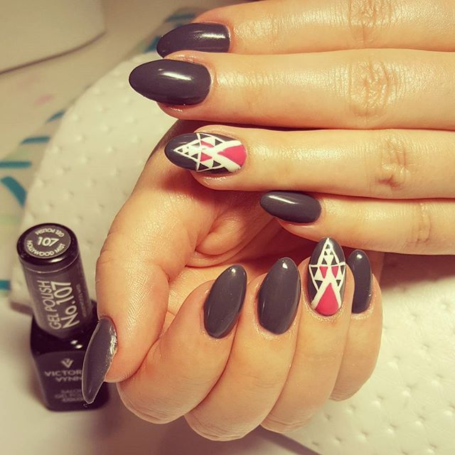 #handpainted #geometricnails by @victoriavynn #victoriavynn #gelpolish nr 107 #hollywoodmist ❤ #gelnails #gelenengler #paznokciezelowe #hybryda #gellack #paznokciehybrydowe #nail #nails #paznokcie #negler #Nägel #manicure #manikyr #nailart #nails2inspire #reczniemalowane #greynails #geometrycznepaznokcie