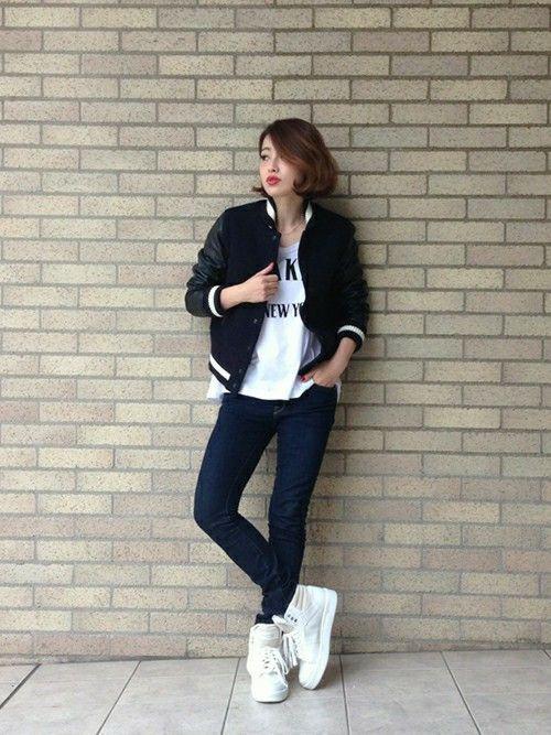 MAISON DE REEFUR 代官山店 | JUNNA SUGITAさんのブルゾン「Reefur コンパクトスタジアムジャンパー」を使ったコーディネートネイビー×ブラックは、コンパクトなサイズ感が女性でも着やすく  軽くて暖かいのインナーは中綿キルティングです!  ボリューム感のある新作のスニーカーと合わせて  ホリデーシーズンにぴったりのアクティブスタイル!!