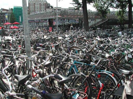Elinde bavulla Amsterdam Centraal tren istasyonundan kente ilk defa giriş yapan turistlerin şaşkınlıkla bir süre incelediği, tren istasyonunun yanındaki çok katlı bisiklet parkı. Yine tıka basa dolu, yine yer bulmak güç. #amsterdam #bisiklet #bisikletparki #tatil #gezi #amsterdamcentraal #tren #amsterdamcs #turistolmak #turist