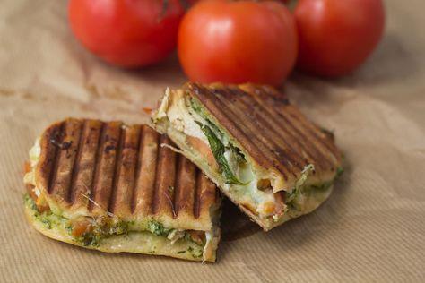 Lav hjemmelavede sprøde panini med kylling, pesto og mozzarella. Det er nemt og super lækkert! Lav sandwich som på Joe & The Juice.