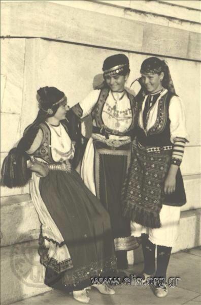 Εορτασμοί της 4ης Αυγούστου: γυναίκες με παραδοσιακές ενδυμασίες Καραγκούναςκαι Φλώρινας στο Παναθηναϊκό Στάδιο, 1937: Nelly's (Σεραϊδάρη Έλλη)