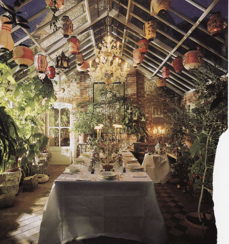 conservatory dining room of Robert Kime. AD Jan 1995 photo credit Derry Moore
