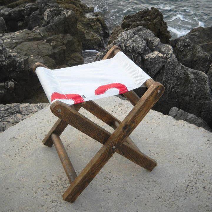 Sedia da meditazione artigianale, realizzata con materiale di recupero, legno e vele di scarto, da Redolab - Artigiani & Riutilizzo in collaborazione con Camoz