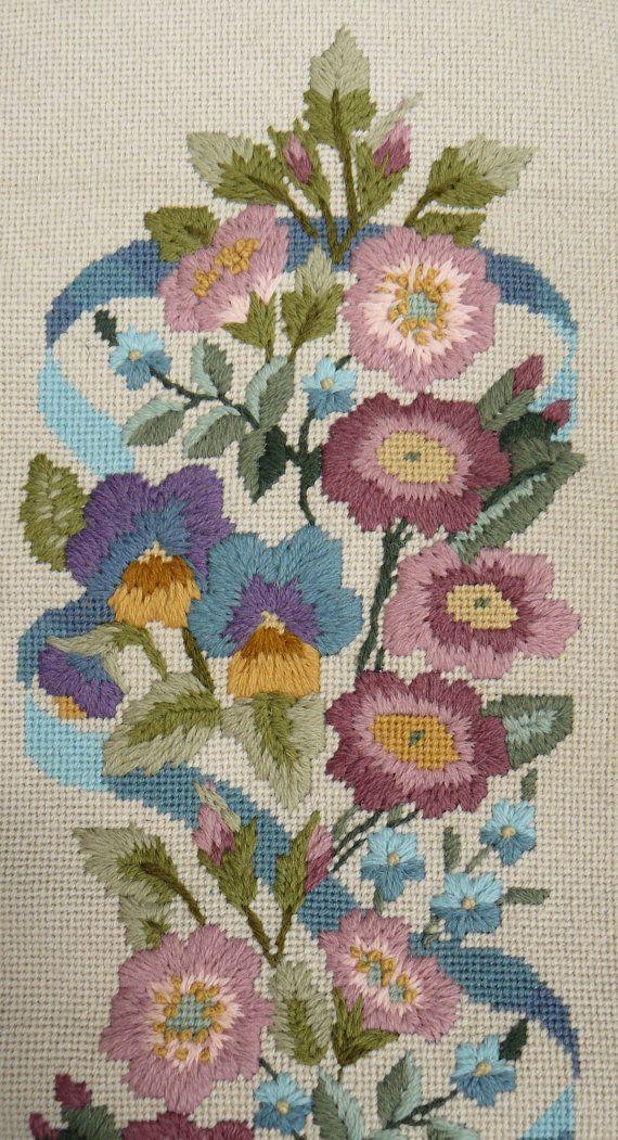Encantadoras rosas silvestres y pensamiento florece en tonos cálidos de color cenizas con una llamativa cinta azul tejido a través de ellos.  Este colgante de pared hermosa bell pull complementan cualquier habitación!  Cosido en 14 Resumen de cuenta impreso lona tapiz con lanas de crewel Appleton usando una variedad de puntadas de tapiz.  Tamaño del diseño terminado - 27 x 7 (68,5 cm de x 17.5)  El kit incluye; 14 Conde blanco contorno tapicería impresa lona, lanas de crewel Appleton…