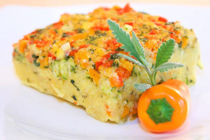 Mediterraner Polenta-Auflauf mit frischen Zucchini, Mini-Paprika und leckeren Gewürzen.