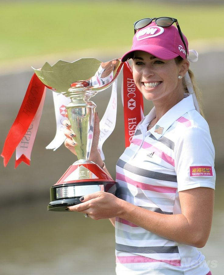 女子ゴルフ、HSBC女子チャンピオンズ(HSBC Women's Champions 2014)最終日。優勝トロフィーを手にする笑顔を見せるポーラ・クリーマー(Paula Creamer、2014年3月2日撮影)。(c)AFP/ROSLAN RAHMAN ▼3Mar2014AFP|クリーマーが23メートルのイーグルで劇的勝利、HSBC女子チャンピオンズ http://www.afpbb.com/articles/-/3009576 #Paula_Creamer
