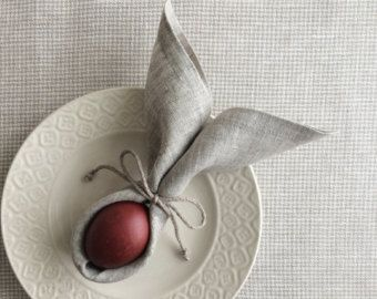 Natürliche Farbe Leinen servietten Set 6. Aus Jute Leinen hergestellt, werden diese Servietten Ostern, Hochzeit oder jede andere Feier perfekte Tabelle dienen erweisen.  * Größe: quadratische 13 Zoll (33 x 33 cm.) * reinem Leinen Maschine waschen im Wasser bis zu 60°. Wäschetrockner zu trocknen, wird nicht empfohlen. * Eisen bis der Stoff ein bisschen nass. * bleichen Sie nicht mit Chlor.  Die Farben des Elements können aufgrund von unterschiedlichen Monitoreinstellungen leicht variieren…