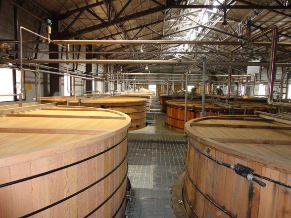 白州蒸溜所の発酵槽。左手前が新しい発酵槽です