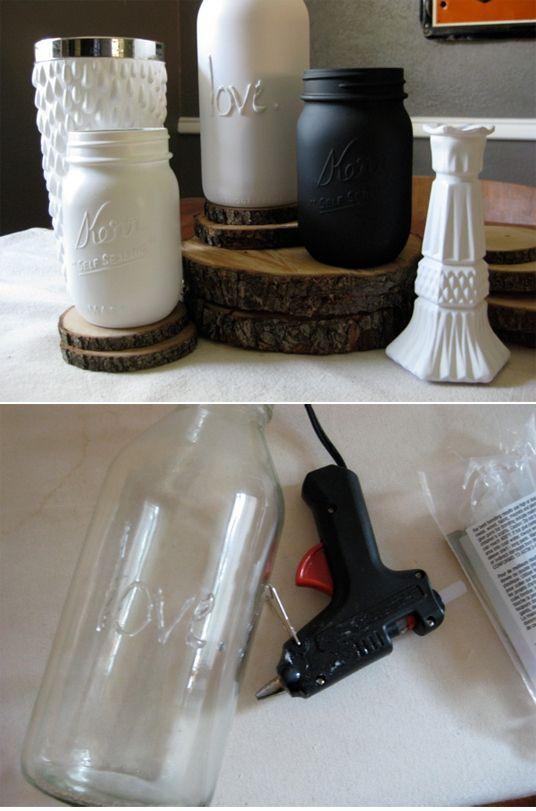 Einfache Gläser oder Windlichter mit Heißkleber beschriften und mit Acrylfarbe bemalen.