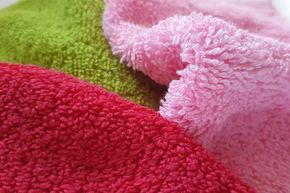 Produkte aus Frotteestoff finden sich in fast jedem Haushalt. Ob als Handtuch oder Bettbezug - irgendwo ist immer was. Aber warum sind die Schlingen bei einem Bademantel größer als bei einem Waschlappen? Den Unterschied der verschiedenen Frotteestoffe und was du beim Nähen beachten musst, erklärt dir Makerist-Designerin Tanja von Almfee.