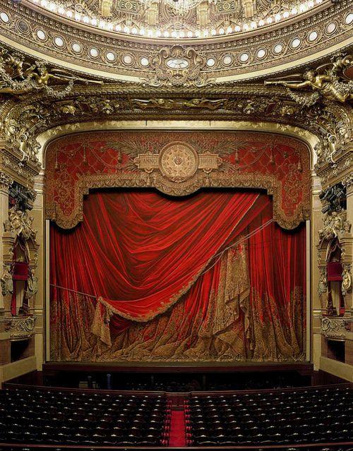 Niet zo zeer de stijl spreekt ons aan, maar meer de sfeer. Wij willen dat onze theaterzaal echt zorgt voor een speciale belevenis.
